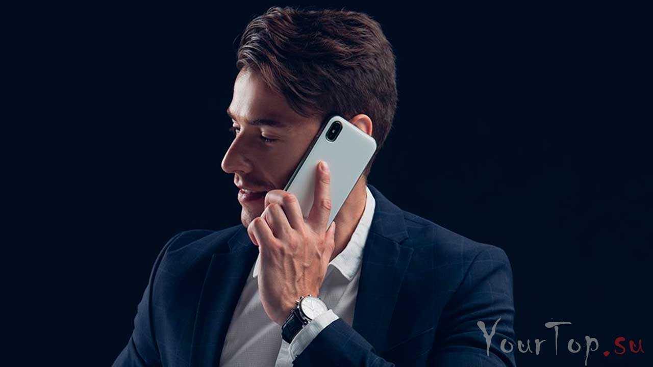 Говорит по смартфону